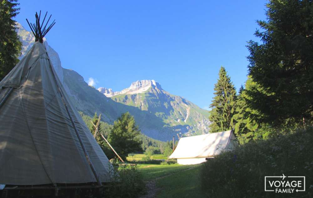 camping insolite dormir dans un tipi en rh ne alpes voyage family. Black Bedroom Furniture Sets. Home Design Ideas